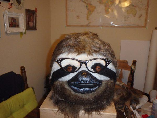 Маска ленивца с очками крупным планом