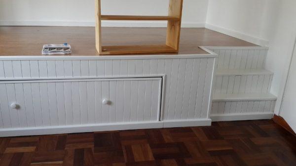 Окрашенная в белый цвет выдвижная кровать