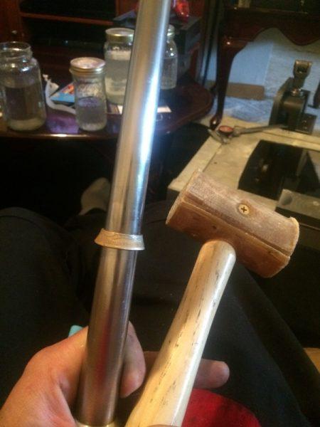 Кольцо на опраке и деревянный молоток