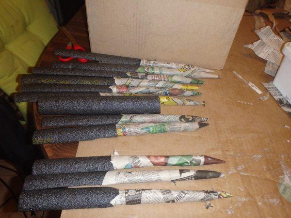 Концы серых поролоновых трубок обвёрнуты бумагой