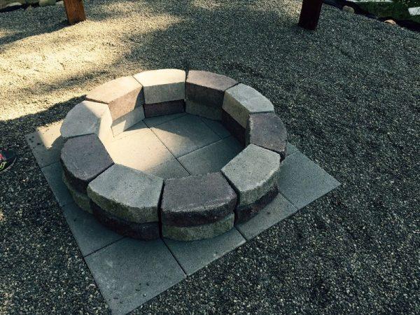 Из камня выложен мангал
