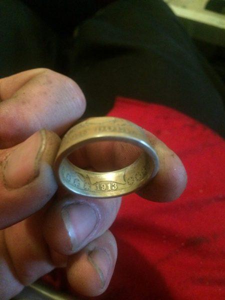 Конусное кольцо в руках