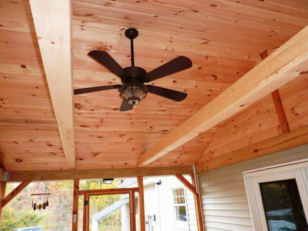 Потолочный вентилятор и окрашенный потолок