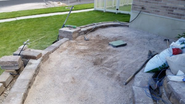 Щебень на земле бокового патио
