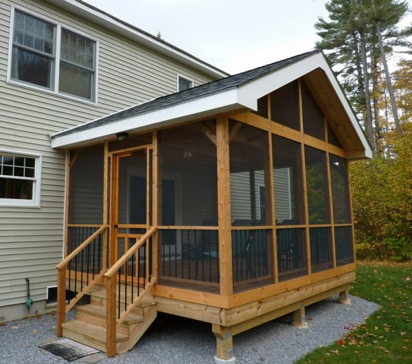 Крытая деревянная веранда дома
