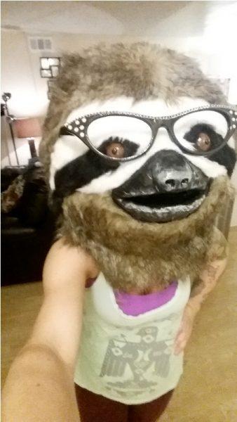 Человек в маске ленивца, селфи