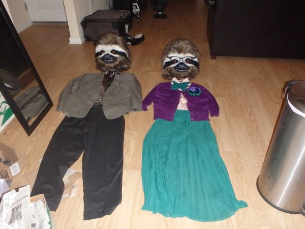 На полу маски и костюмы