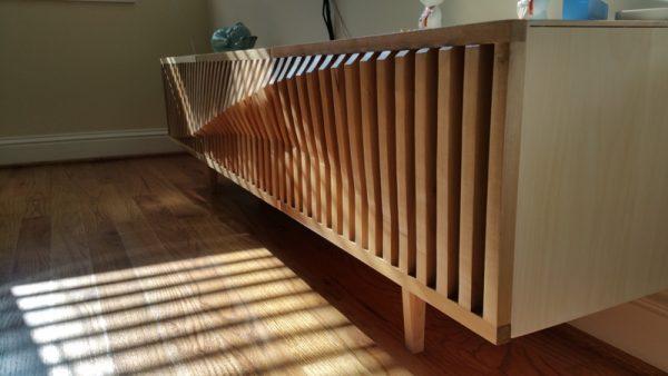 Деревянная подставка крупным планом, вид сбоку