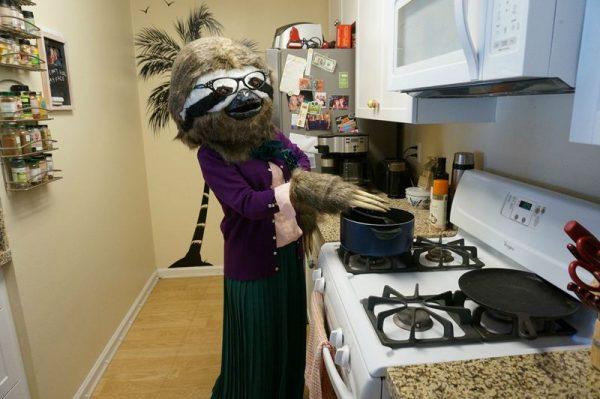 Девушка в костюме Бабс на кухне