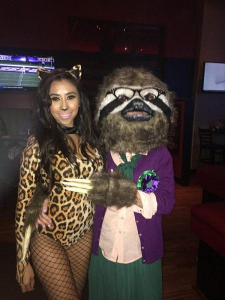 Девушка в костюме тигрицы с подругой в костюме ленивца Бабс