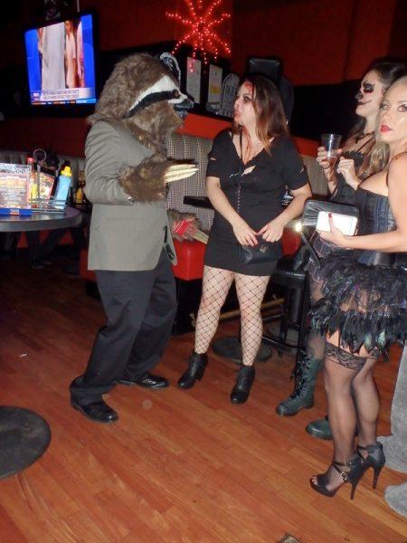 Мкжчина в костюме ленивца Арчи и девушки вампирши