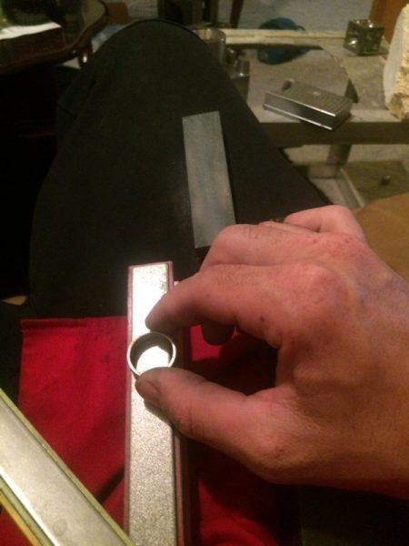 Кольцо обрабатывают надфилем