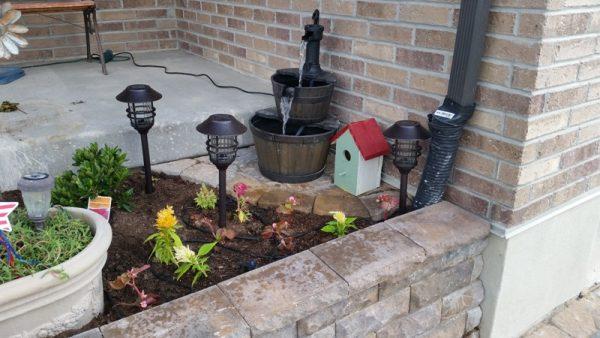 Газон на крыльце с растениями и фонарями