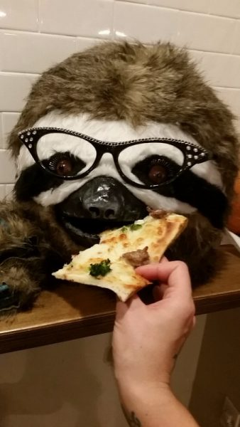 Маска в очках и кусок пицы