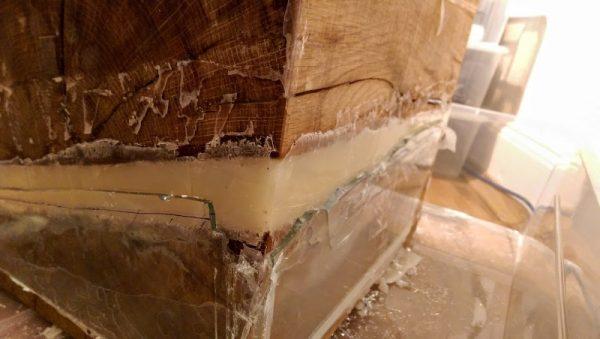 Канавка в деревянном брусе залитая силиконом