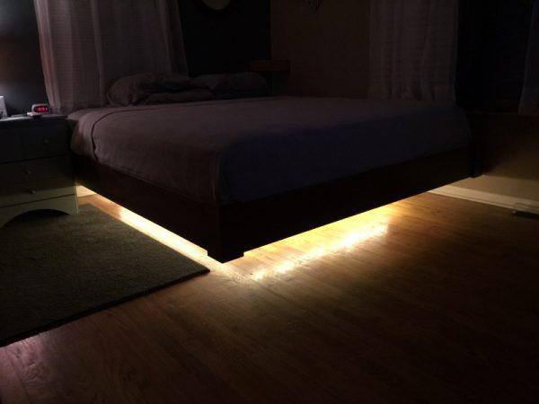 В комнате без света кровать с подсветкой на днище